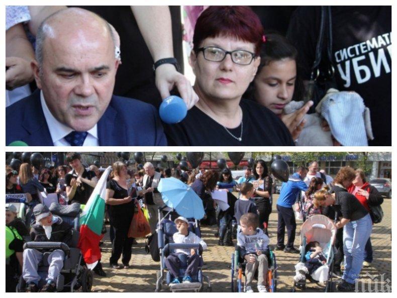 ПЪРВО В ПИК TV! Поредна среща на социалния министър с протестиращите майки и Мая Манолова. Ще се разберат ли този път?