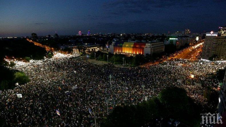 Бунтът в Букурещ се разгаря! 60 000 протестират - полицията ги разпръсква с газ (НА ЖИВО/СНИМКИ)