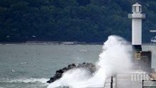 Водолаз пострада при издирването на момчето, пометено от вълна във Варна