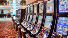 Мъж вилня в казино, счупи игрален автомат
