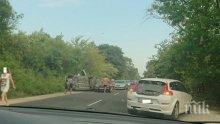 ОТ ПОСЛЕДНИТЕ МИНУТИ! Тежка катастрофа край Варна! Вадят хора от обърната кола (СНИМКА)