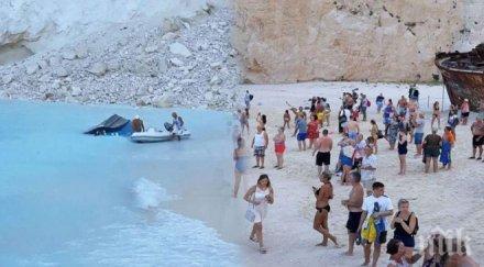 УЖАС! Огромна скала се свлече на един от най-известните гръцки плажове, десетки туристи са в шок (ВИДЕО)