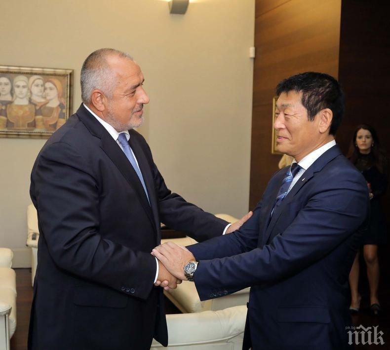 ИЗВЪНРЕДНО В ПИК TV! Борисов и Кралев приеха в Министерски съвет шефа на световната гимнастика