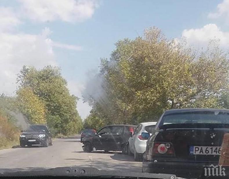 ОТ ПОСЛЕДНИТЕ МИНУТИ! Тежка катастрофа край Пловдив, три коли се размазаха (СНИМКА)