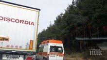 """САМО В ПИК TV! На магистрала """"Тракия"""" е страшно! Кола се заби в ТИР, жена е в болница! На 100 метра от мястото има втора катастрофа (ВИДЕО/СНИМКИ)"""