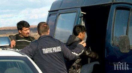 луд екшън приморско каналджията христо хукна избяга ченгетата бус натъпкан бежанци