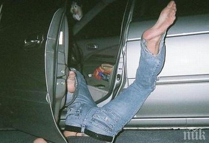 КАРЪК! Пътник изпадна от кола! Блъсна го ремарке