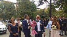 ЩУРА СВАТБА! Младоженец и кум тръгнаха с рикша по улиците на Пловдив (СНИМКИ)