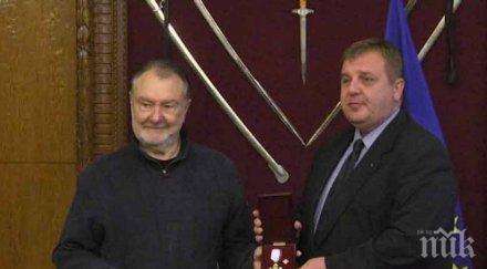 Големият актьор Васил Михайлов отличен с награден знак от МО