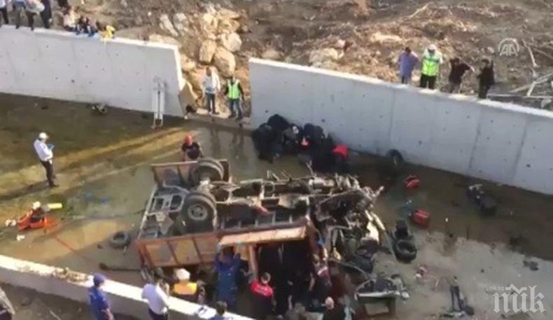 Трагедия! 15 загинали, след катастрофа на камион с мигранти в Западна Турция