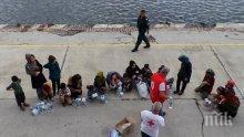 Гръцката брегова охрана задържа кораб с около 70 мигранти