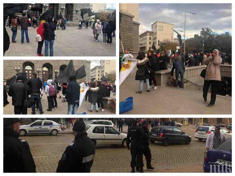 ПЪРВО В ПИК TV! Човек на Слави изгря сред неколцината майки, излезли срещу властта! Протестиращите чакат 900 бона от Трифонов (СНИМКИ/ВИДЕО)