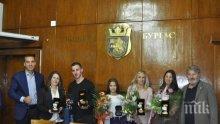 В Бургас наградиха с почетни плакети за олимпийските ни шампиони Мариела Костадинова и Панайот Димитров