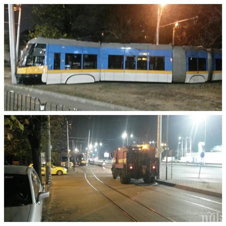 ИЗВЪНРЕДНО В ПИК: Трамвай излезе от релсите и се заби в стълб