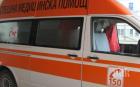 Шофьор на линейка скочи на спешни медици, закъснели за припаднала негова близка