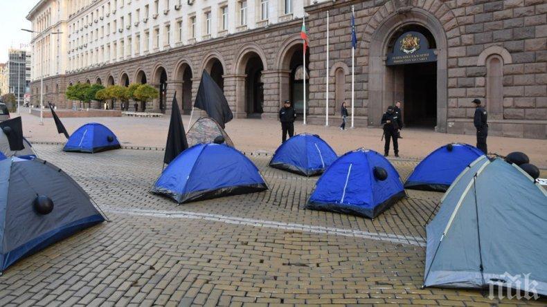 СКАНДАЛЕН НАТИСК: Лекарите от ТЕЛК спират работа, ако майките опънат палатки пред здравното министерство