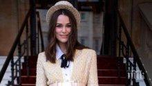 Кийра Найтли с шапчица като Мери Попинз в Бъкингамския дворец