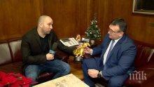 Вътрешният министър Младен Маринов се похвали: Получих златен скункс от Боби Ваклинов (СНИМКА)