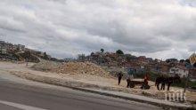 """НАПАСТ: Цигани задигат каквото им падне от градежа на новия бул. """"Левски"""" във Варна, заплашват охраната"""