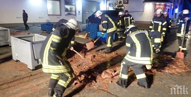 Един тон шоколад заля германска улица, пожарникари се борят със сладкото бедствие (СНИМКИ)