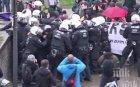 """НАПРЕЖЕНИЕ: """"Жълтите жилетки"""" се сблъскаха с полицията """"Шанз-Елизе"""""""