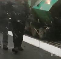 ПЪЛЕН ШАШ: Селска вечеринка с псувни заради асфалтиране в снега