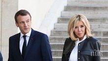 Докато Франция се бунтува, Макрон мляска Бриджит на ски (СНИМКА)