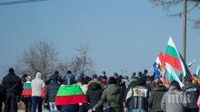 ОТ ПОСЛЕДНИТЕ МИНУТИ: Войводиново на бунт срещу ромите. Над 150 души протестират заради пребития рейнджър