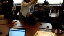 ПЪРВО В ПИК TV: ВМРО черпи с огромна торта журналистите в парламента (СНИМКИ)