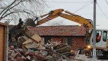 Сринаха пет цигански къщи във Войводиново, багерите продължават и утре