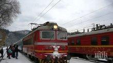Влак дерайлира в Перник, пътниците се извозват с автобуси