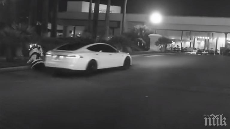"""Робот и """"Тесла"""" се помляха на улица в Лас Вегас"""