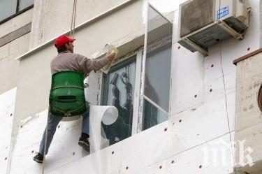 Работник се потроши при саниране на блок