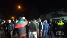НАПРЕЖЕНИЕ: Военни и протестиращи прииждат във Войводиново (СНИМКИ/ВИДЕО)