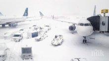 Отменят полети в САЩ заради снеговалежи, циклонът взе човешки жертви