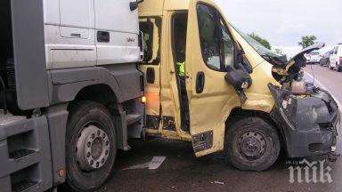 камион сблъска микробус швеция шестима загинаха