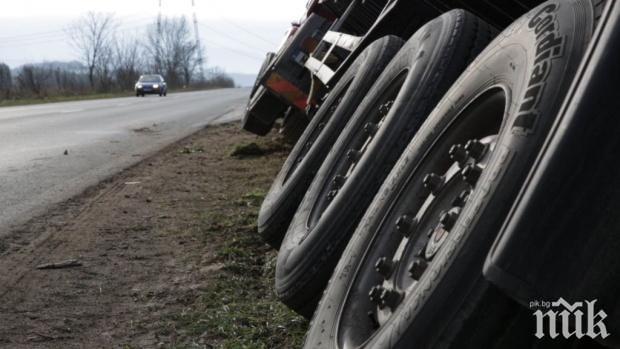 Камион затапи пътя Ботевград - София, трафикът е в една лента