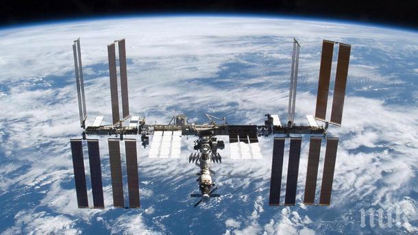 """Товарният космически кораб """"Дракон"""" се разкачи с Международната космическа станция и пое към Земята"""