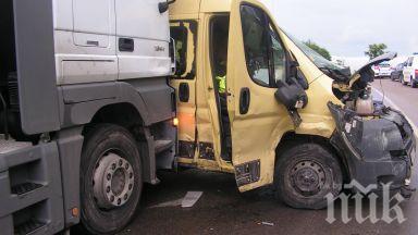 Камион се сблъска с микробус в Швеция, шестима загинаха