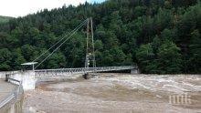 Високият приток на Арда заля въжения мост при село Песнопой