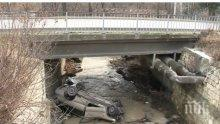 ЗРЕЛИЩНА КАТАСТРОФА: Кола падна по таван в канал във Варна