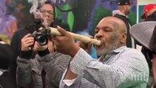 Майк Тайсън пафка като комин на фестивал на марихуаната