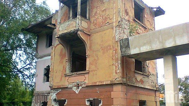 Срути се къща до Здравната каса във Враца (СНИМКИ)