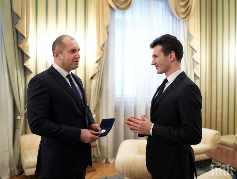 Радев награди цигуларя Светлин Русев