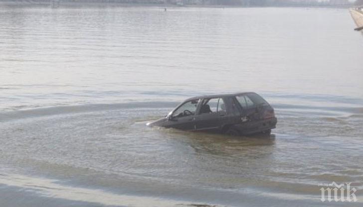 КУРИОЗ: GPS вкара шофьор в канал, колата му потъна