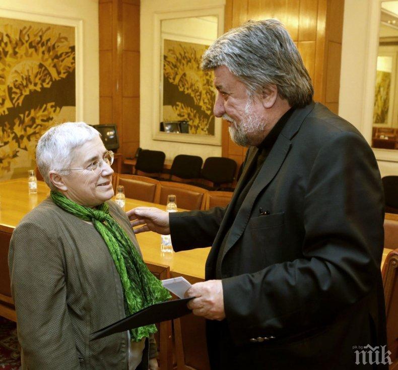 Вежди Рашидов награди архитект Фикрие Булунмаз с плакета на Народното събрание