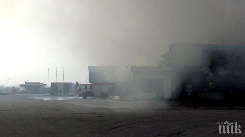 Полицаи и пожарникари влизат в изгорелия цех във Войводиново