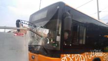 В СОФИЯ: Автобус от градския транспорт се удари в трафопост