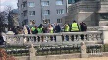 ИЗВЪНРЕДНО В ПИК TV: 50 полицая пазят 7 с жълти жилетки - Йоло Денев начело на шепата протестиращи