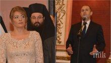 ПЪРВО В ПИК TV: Президентът Радев с реч пред посланиците на тържествения прием за националния празник - съпругата му Десислава в бежова рокля от дантела (ОБНОВЕНА/СНИМКИ)